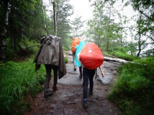 Ein Regenschutz sorgt für trockenen Schlafsack